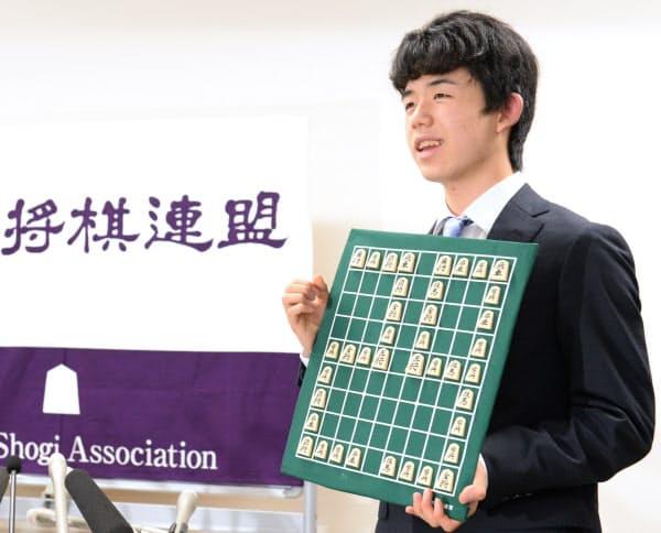 新記録の公式戦29連勝を達成し、ボードを手に笑顔を見せる藤井四段(2017年6月)
