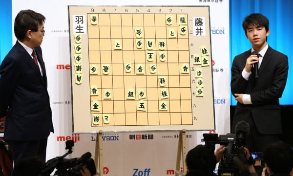 第11回朝日杯将棋オープン戦で優勝し、中学生で初めて六段に昇進した。写真は羽生善治竜王(左)との準決勝を終え、対局を振り返る藤井五段(2018年2月)