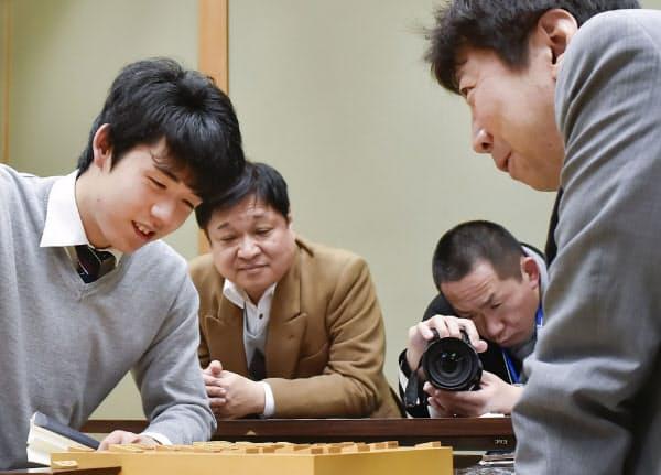 王将戦1次予選で師匠の杉本昌隆七段(右)と初対戦。勝利して対局を振り返る藤井六段(2018年3月)=共同