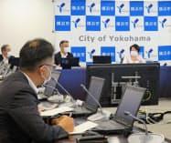 横浜市の新型コロナウイルス対策本部会議で林文子市長(右)が説明した(16日、横浜市)