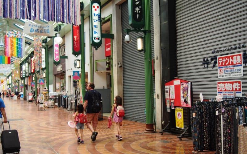 岡山市中心部の商店街ではシャッターを閉めたままの空き店舗が目立つ