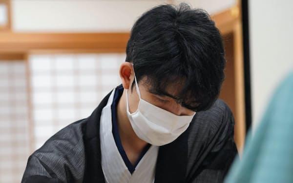 棋聖戦第4局に臨んだ藤井聡太七段(16日午前、大阪市)=日本将棋連盟提供