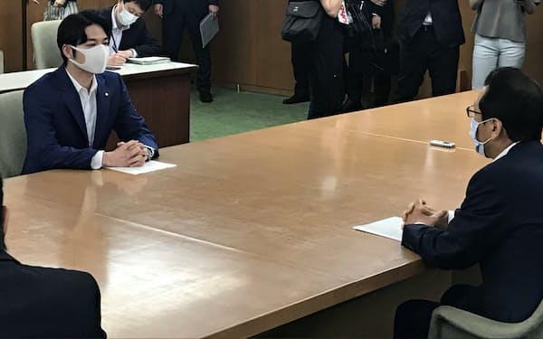 新型コロナウイルス対策で緊急会談を開いた北海道の鈴木直道知事(左)と札幌市の秋元市長(16日、北海道庁)