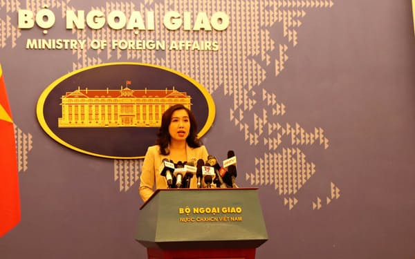 記者会見するベトナム外務省のレ・ティ・トゥ・ハン報道官(16日、ハノイ市)