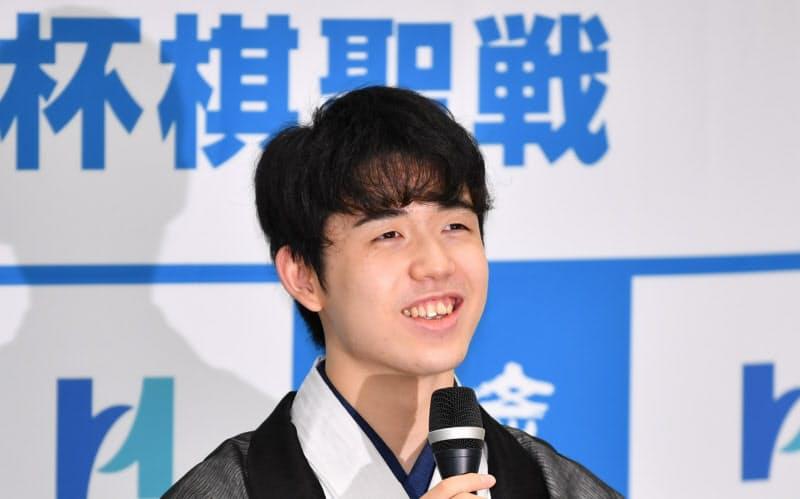最年少でタイトルを獲得し、記者会見で笑顔を見せる藤井聡太新棋聖(16日、大阪市の関西将棋会館)