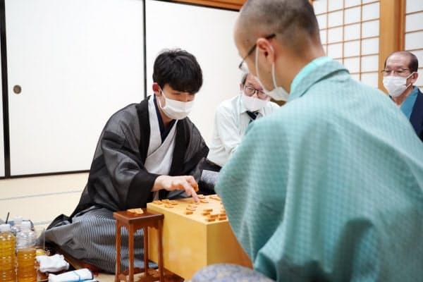 最年少でタイトルを獲得し、感想戦で対局を振り返る藤井七段(左)=16日、大阪市の関西将棋会館(代表撮影)