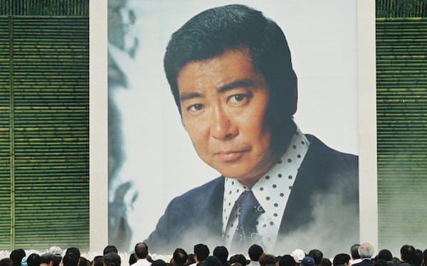 石原裕次郎さんの13回忌法要で飾られた写真(1999年7月、横浜市鶴見区)