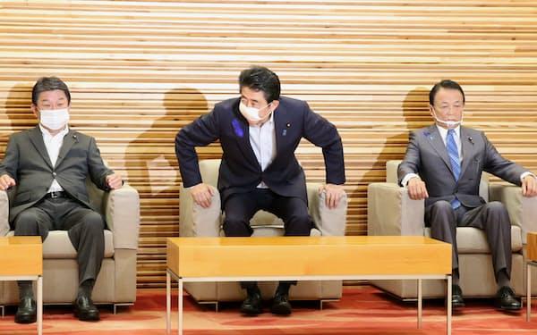 閣議に臨む安倍首相(17日、首相官邸)