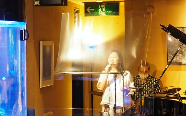 レストランバーのリムジンではボーカリストは透明なシートの後ろで歌う