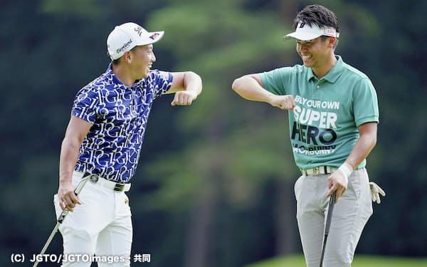 ゴルフパートナー・エキシビションの最終日、笑顔を見せる関藤(右)と植竹=(C)JGTO/JGTOimages・共同