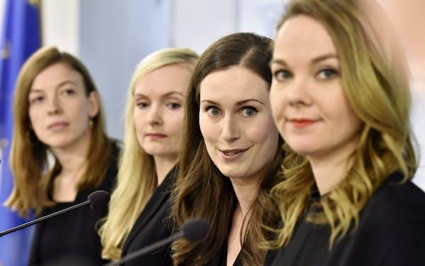 ソ連やロシアに隣接し「常在戦場」の精神を持ち続けたフィンランドのマリン首相(右から2人目)と閣僚たち=ロイター