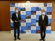 静岡県富士市の小長井義正市長(右)と静岡ガス&パワー(富士市)の松本尚武社長