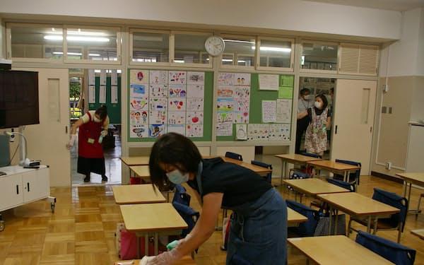 放課後の教室で消毒作業をするボランティア(東京都江東区立明治小学校)