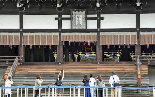 高御座が置かれた紫宸殿(18日午前、京都市)=共同
