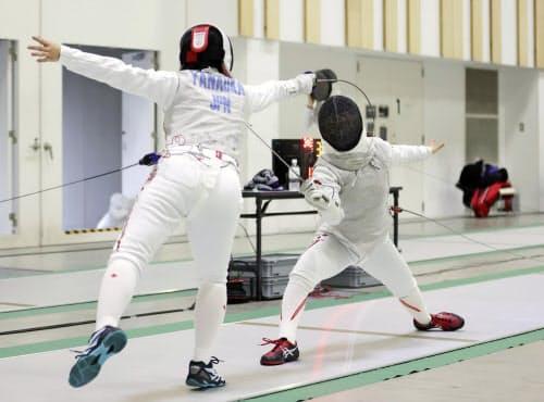 フェンシング日本代表の強化合宿で練習する女子フルーレの上野優佳=右(18日、静岡県沼津市)=共同
