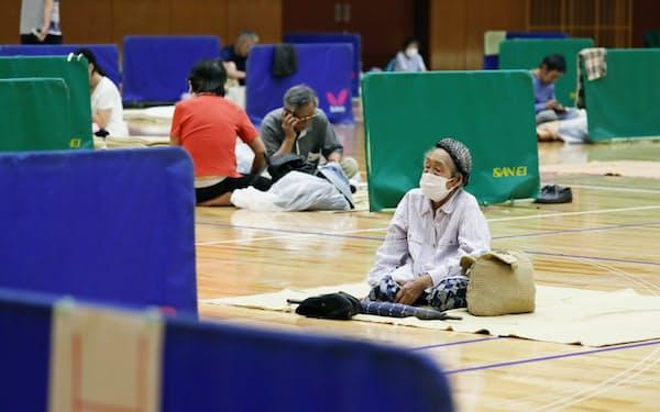 新型コロナウイルス感染防止のため、住民は間隔を空けて避難所で休んだ(5日、熊本県八代市)