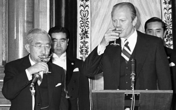 現職の米国大統領として初来日し、昭和天皇と乾杯するフォード大統領(右)=1974年11月(共同)