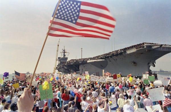 1991年3月、湾岸戦争で勝利し寄航した米空母を出迎える人たち。一方で国内景気は低迷し、ブッシュ氏は再選できなかった(AP)