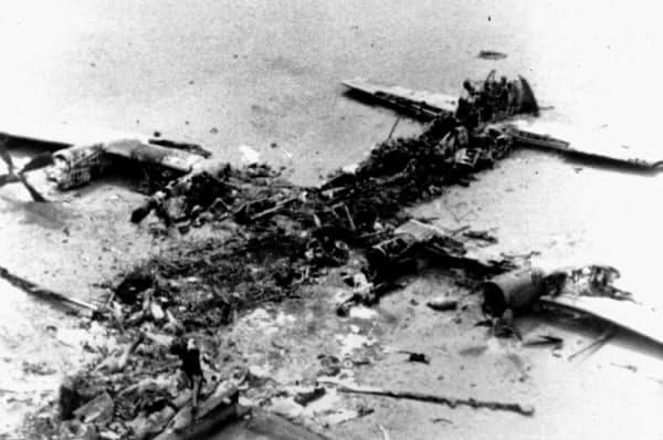 イランの米大使館人質事件で救出作戦に失敗し、大破した米軍輸送機。カーター大統領の支持率は下落した(1980年4月)=AP