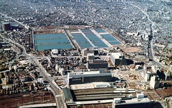 新宿駅(手前)の西側に広がる淀橋浄水場。(1965年ごろ、東京都水道歴史館提供)