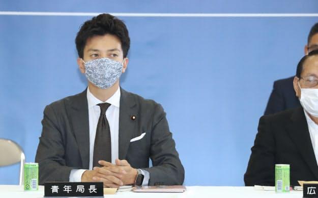 自民党総務会に臨む小林史明青年局長(左)(6月30日、党本部)