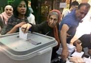 19日、ダマスカスで票を投じる女性=ロイター