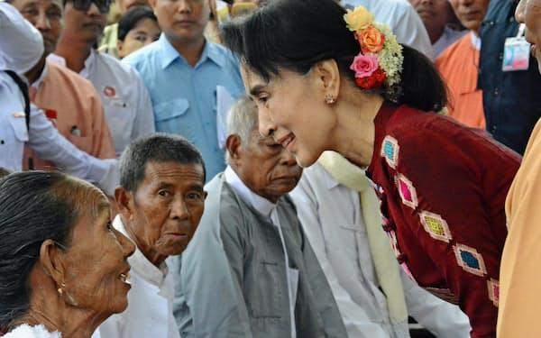 11月の総選挙ではアウン・サン・スー・チー国家顧問(写真右)の4年間の政策運営の成果が問われる