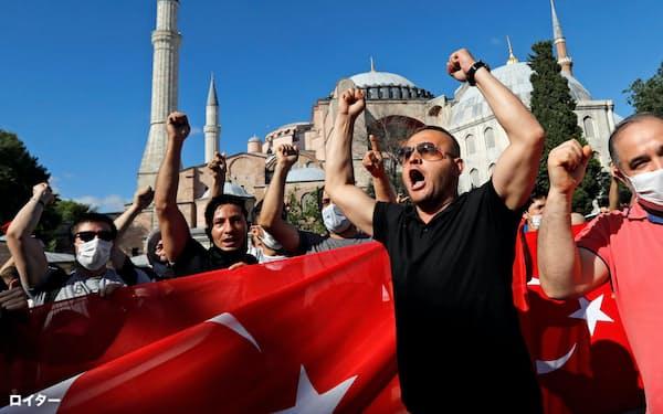 アヤソフィアのモスク化を喜ぶ人々(10日、イスタンブール)=ロイター