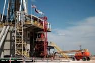 米テキサス州にあるシェブロンの石油探査掘削現場=ロイター