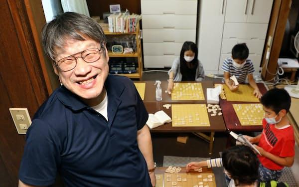 文本さんの将棋教室の教え子は、立ち上げからおよそ100人を数える(愛知県瀬戸市)