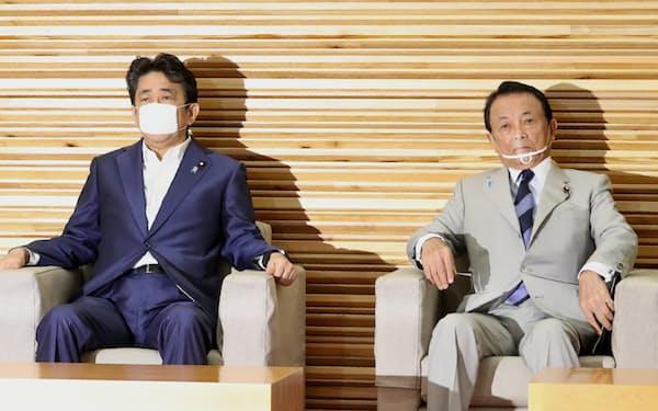 閣議に臨む麻生財務相(右)(21日午前、首相官邸)