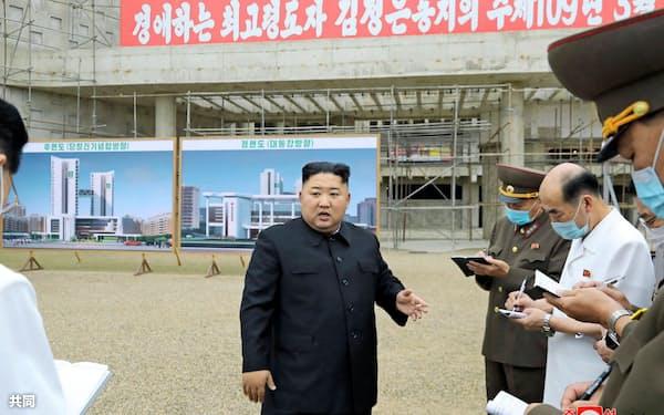 病院の建設現場で責任者を叱責した金正恩氏。20日に報じられた=朝鮮中央通信・共同