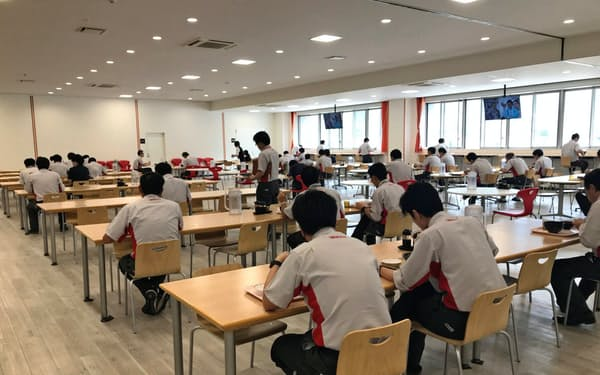 竹内製作所は新型コロナ対策で、食堂に一度に入る人数を減らしている