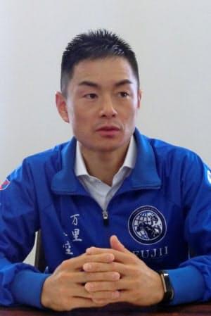 ふじい・かんいちろう 1983年奈良県御所市生まれ。中学卒業後にオーストラリアに渡り、2001年に現地で騎手デビュー。豪州のほか、シンガポールや韓国を拠点に騎手生活を続け、19年に日本中央競馬会(JRA)の騎手免許を取得した。