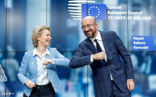 21日、合意を喜ぶEUのミシェル大統領(右)とフォンデアライエン欧州委員長=ロイター