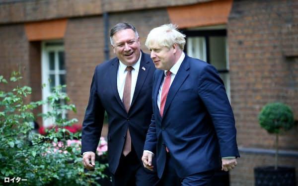英国を訪れたポンペオ米国務長官(左)はジョンソン英首相と会談し、対中政策での協力を確認した(21日、ロンドン)=ロイター