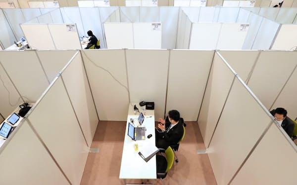 コロナ禍の下、採用面接もウェブ上で非対面が当たり前の風景となった(6月1日、東京都内の大手企業)