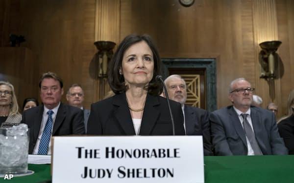 米上院銀行委員会で証言するFRB理事候補のジュディ・シェルトン氏(2月13日)=AP