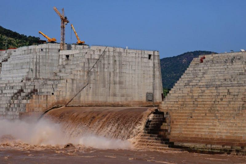 エチオピアはダム稼働で水力発電の増強を目指す(建設中の大エチオピア・ルネサンスダム、2019年)=ロイター
