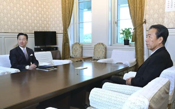 国会内で会談に臨む立憲民主党の福山幹事長(左)と国民民主党の平野幹事長(22日)