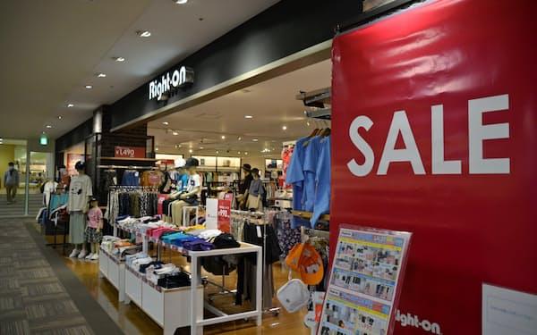 値引きセールが増えている(千葉県市川市の衣料品店)