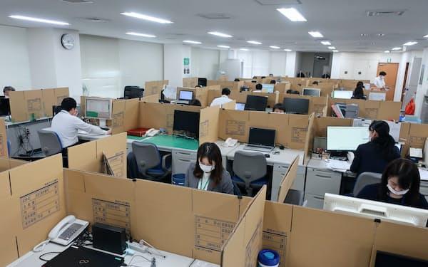 関西みらい銀行の審査部は各席を段ボールで仕切り業務を継続する(大阪市)
