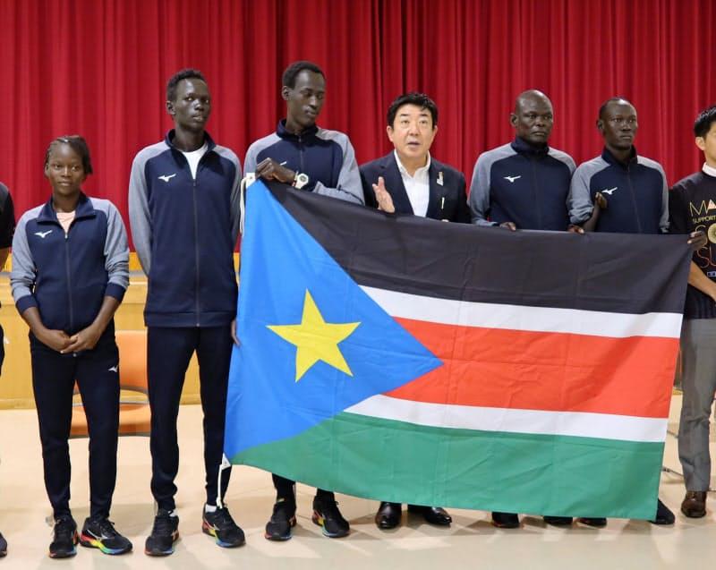 前橋市の山本龍市長(左から4人目)は南スーダン選手団の受け入れ継続を表明した(22日、同市)