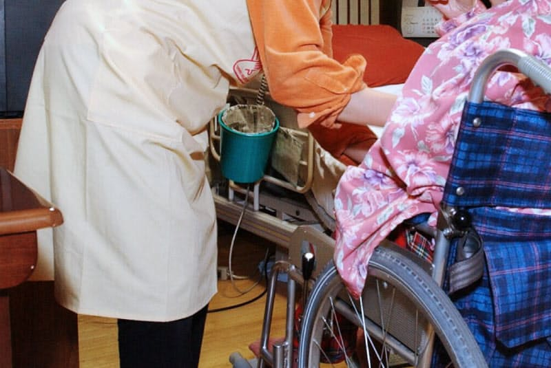 ホームヘルパーが来て世話をしてくれる「訪問介護」は介護保険の「居宅サービス」のひとつ