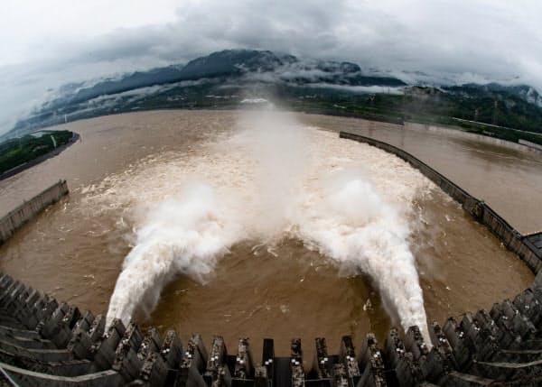 水位を下げるため放水する三峡ダム(17日、中国湖北省)=ロイター・チャイナデイリー