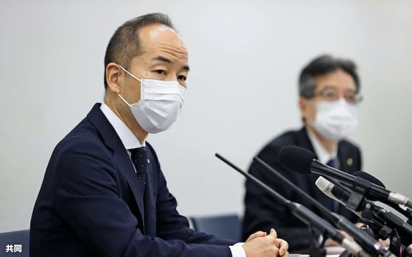 新たな金品受領について発表する関西電力の阿川毅コンプライアンス推進室長(左)(22日、大阪市)=共同
