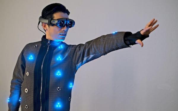 帝人が開発した触感も再現するスーツ