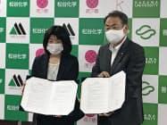 締結式に参加した松谷化学工業の松谷社長(左)と香川大の筧学長(22日、高松市)