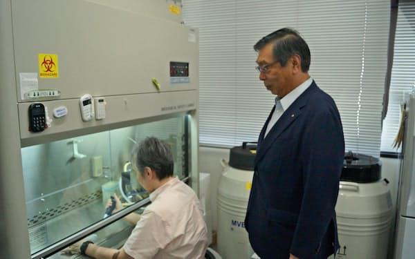松崎教授の実験を見守るPuRECの小林社長