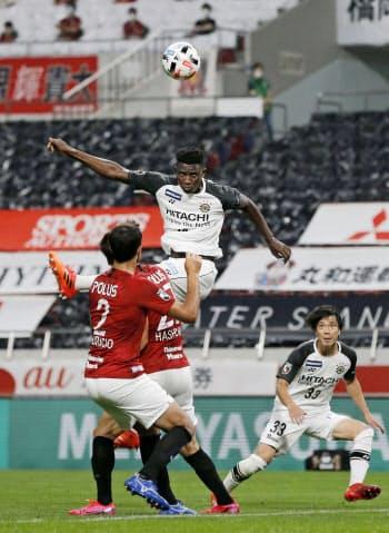 浦和―柏 後半、ヘディングでゴールを決める柏・オルンガ=上(22日、埼玉スタジアム)=共同